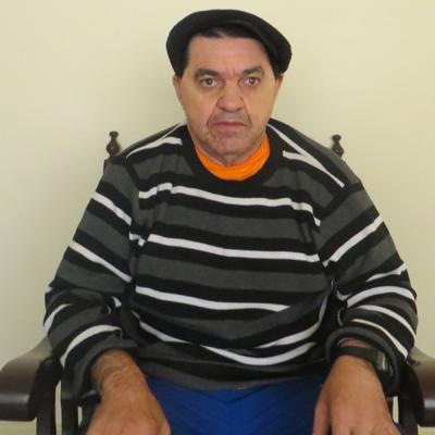 João Santos, frequentador sentado em uma poltrona, olhando para a frente.